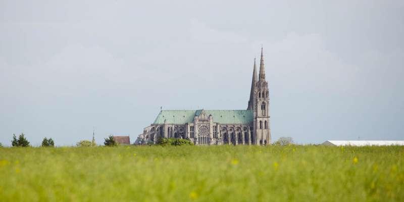 La cathédrale attire de loin le regard du pèlerin