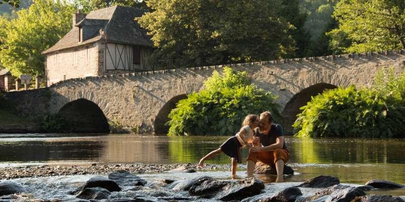 Jouer dans l'eau au pont du saillant