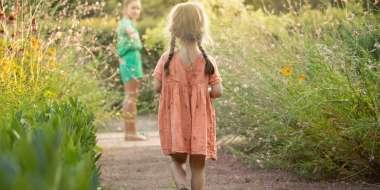Enfant dans les allées des jardins de Colette