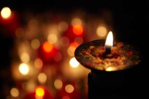 Consigner le miracle à la lueur d'une bougie