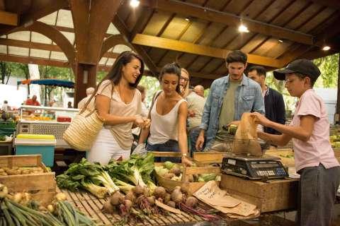 Acheter ses légumes au marché de Brive