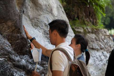 Passage dans la grotte de Lourdes