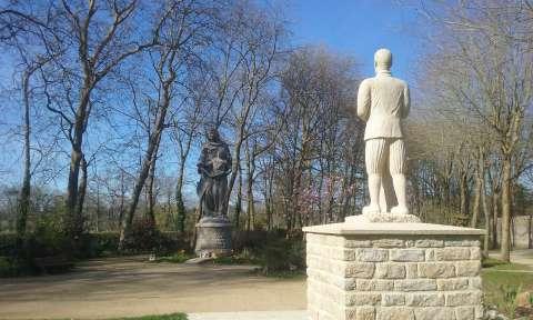 Sainte Anne face à la statue de Nicolazic